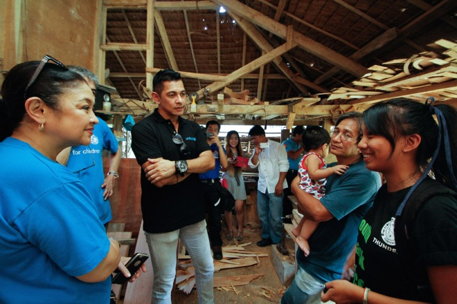 UNICEF's National Goodwill Ambassador Gary Valenciano visits Jecille's Binamera's family in Dalnac, Camarines Norte to learn about family preparedness in times of flooding.