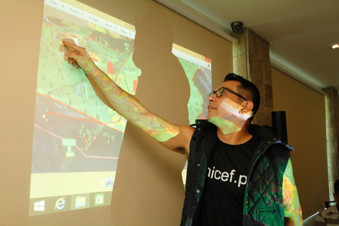 UNICEF's National Goodwill Ambassador Gary Valenciano learns about the Participatory 3D Map during his visit in  Camarines Norte to learn about child centered disaster risk reduction.
