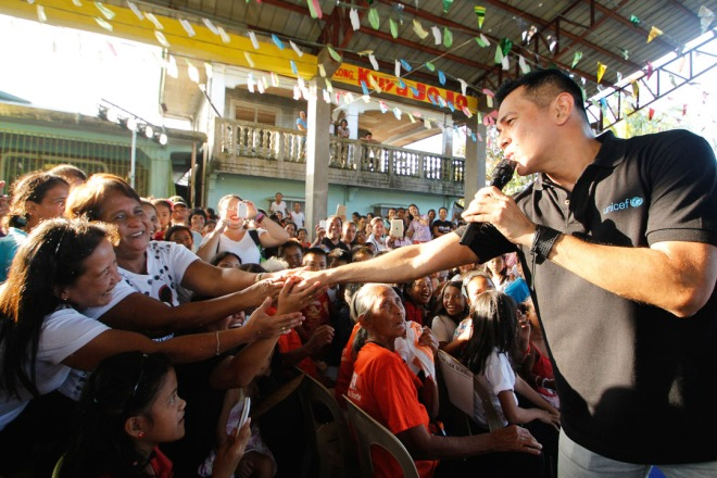 UNICEF's Goodwill Ambassador Gary Valenciano performs for the community of Barangay Dalnac, Camarines Norte after spending a day learning about their efforts towards child centred disaster risk reduction.